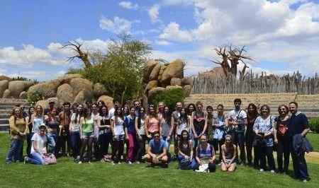 Alumnos y profesores - Facultad de Bellas Artes UPV con representantes de Bioparc Valencia - anfiteatro del parque
