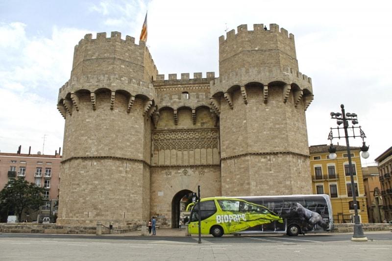 """BIOPARC Valencia """"en ruta salvaje"""" con un espectacular autobús tematizado - Torres de Serrano - Valencia"""