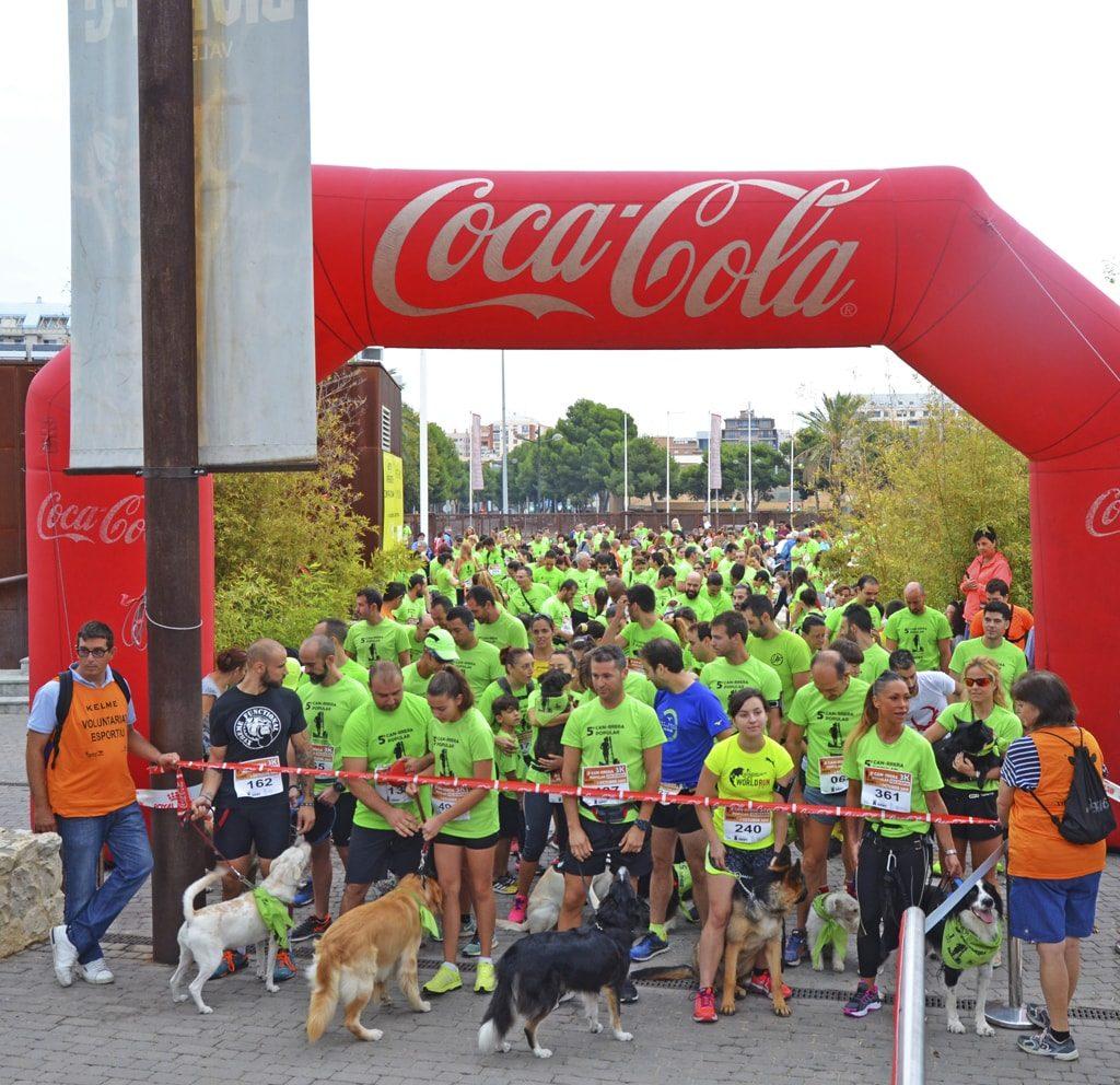Personas y perros visten de verde la 5ª CAN-RRERA de BIOPARC