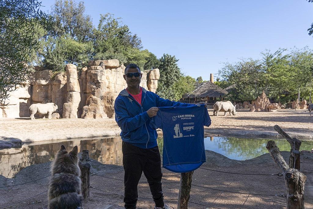 David Casinos padrino de la 8ª CAN-RRERA de BIOPARC Valencia con la camiseta oficial