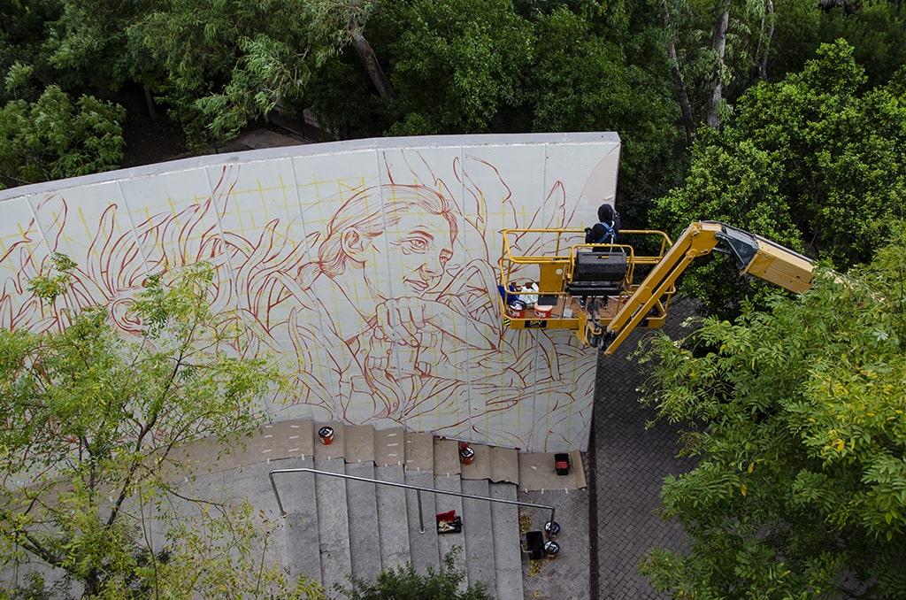 Lidia Cao pintando el mural de Jane Goodall en BIOPARC Valencia