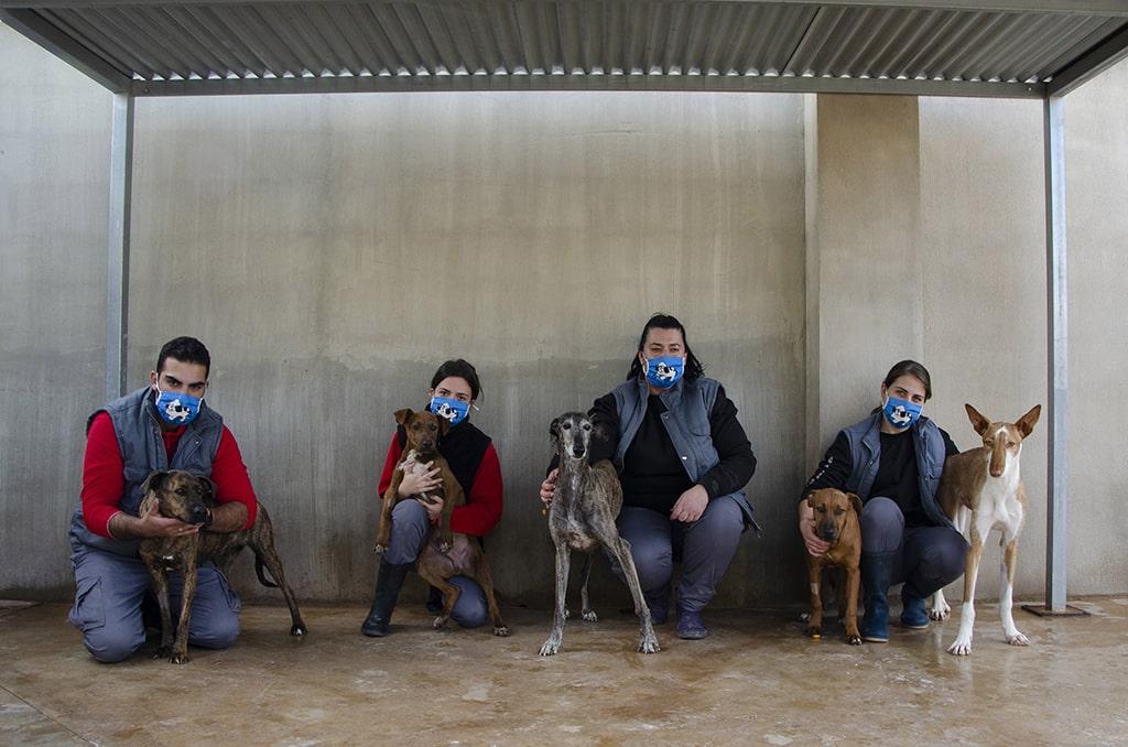 Voluntarios AUPA junto a perros abandonados que buscan un hogar